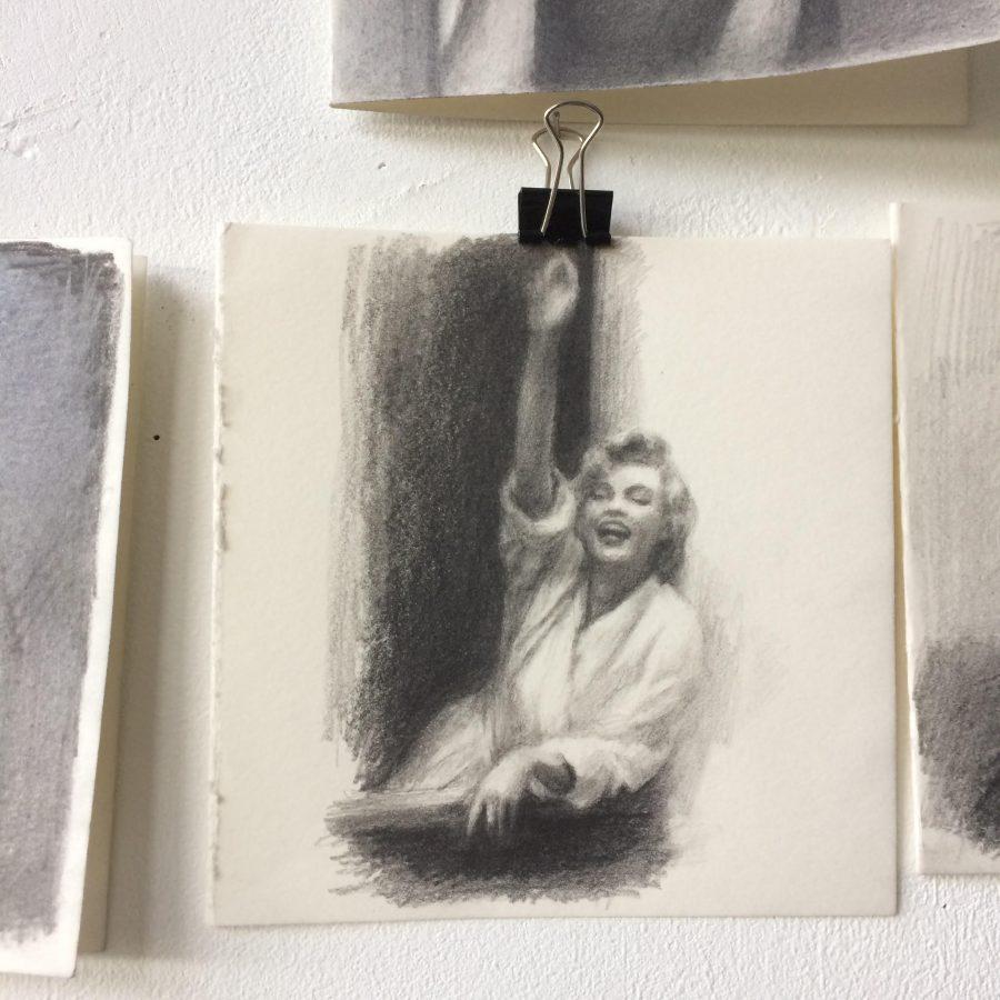 Dessin au crayon de Marilyn Monroe, qui fait bonjour avec le bras, au bord d'une fenêtre